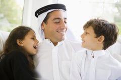 Un uomo del Medio-Oriente con i suoi bambini Fotografia Stock Libera da Diritti