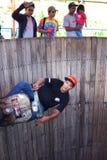 Un uomo del motorino esegue in una manifestazione conosciuta localmente come €™ di Tong Setanâ del ', o nel barilotto di Devilâ immagini stock libere da diritti