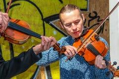 Un uomo del violino sulla via Immagini Stock
