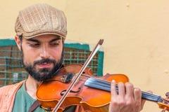 Un uomo del violino sulla via istiklal a Costantinopoli Fotografia Stock Libera da Diritti