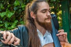 Un uomo del violoncello sulla via Fotografia Stock