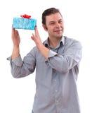 un uomo di 40 anni che tiene una scheda Immagini Stock Libere da Diritti