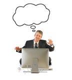 Uomo felice su un computer con una bolla di pensiero Fotografia Stock Libera da Diritti