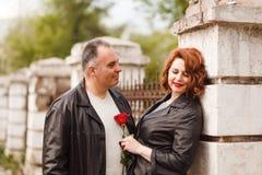un uomo di cinquanta anni esamina delicatamente la sua moglie coppie di mezza età di estate all'aperto fotografie stock