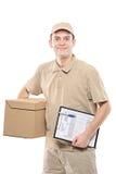 Un uomo di consegna che porta un pacchetto Fotografia Stock Libera da Diritti