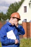 In un uomo di funzionamento triste della condizione nel casco Fotografia Stock