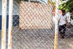 Un uomo dietro la rete door4 del metallo Immagini Stock Libere da Diritti
