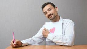 Un uomo disegna una forma del cuore Fotografia Stock Libera da Diritti