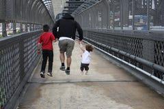 Saltando sopra il ponte del porto Fotografia Stock