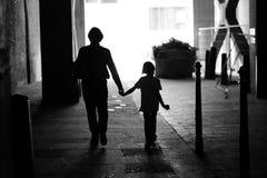 Un uomo e un bambino nel passaggio Immagini Stock Libere da Diritti