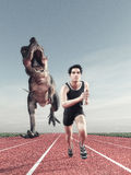 Un uomo e un funzionamento del dinosauro Fotografie Stock