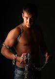 Un uomo e una catena. immagini stock libere da diritti