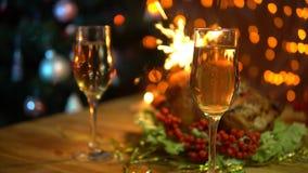 Un uomo e una donna alzano i vetri di champagne scintillante sopra una tavola festiva video d archivio