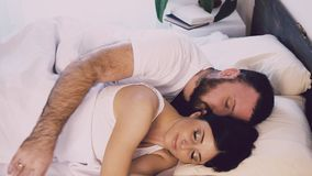 Un uomo e una donna che dormono accanto al marito ed alla moglie stock footage