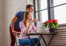Un uomo e una donna che lavorano con il computer portatile Immagini Stock Libere da Diritti
