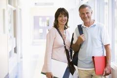 Un uomo e una donna che si levano in piedi in un corridoio Fotografia Stock Libera da Diritti