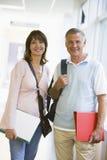 Un uomo e una donna che si levano in piedi in un corridoio Immagine Stock Libera da Diritti