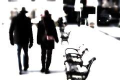 Un uomo e una donna con i cappelli si fondono nel tempo e nello spazio illustrazione vettoriale
