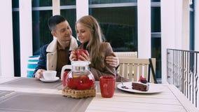 Un uomo e una donna stanno sedendo nel ristorante di amore stock footage