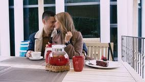 Un uomo e una donna stanno sedendo nel ristorante di amore archivi video