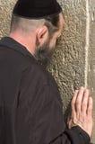 Un uomo ebreo sta pregando a Gerusalemme Immagini Stock Libere da Diritti
