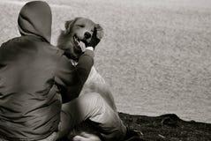 Un uomo ed il suo cane Fotografia Stock
