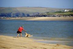 Un uomo ed il suo cane Fotografie Stock