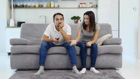 Un uomo ed il suo orologio TV della moglie video d archivio