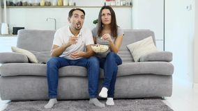 Un uomo ed il suo orologio TV della moglie stock footage