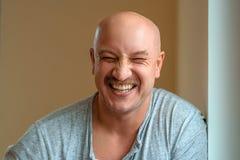 Un uomo emozionale con le espressioni facciali differenti dei baffi sul fronte immagini stock