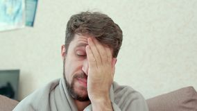 Un uomo esamina il termometro medico Ha il raffreddore, emicrania, febbre, brividi archivi video