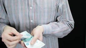 Un uomo estrae i soldi la sua tasca e lo conta video d archivio