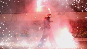 Un uomo fa il fuoco mostrare stock footage