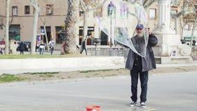 Un uomo fa le bolle di sapone enormi sul quadrato principale stock footage