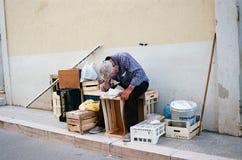 Un uomo fa un sonnellino sui contenitori di legno di frutta immagine stock libera da diritti