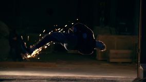Un uomo fa una vibrazione nell'aria, trucchi delle arti marziali nella città di notte, rallentatore archivi video