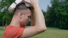 Un uomo facendo uso di una cuffia avricolare di VR nel parco e nello sguardo intorno