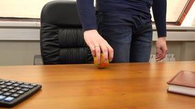 Un uomo fila una piccola palla su una scrivania video d archivio