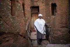 Un uomo fuori di una chiesa monolitica, Etiopia fotografie stock