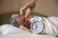Un uomo furioso riluttante a svegliare di mattina Fotografia Stock Libera da Diritti