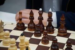 un uomo gioca gli scacchi Scacchi ed affare fotografia stock libera da diritti