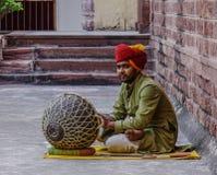 Un uomo gioca il tamburo alla fortificazione di Mehrangarh fotografia stock libera da diritti