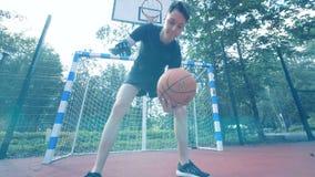 Un uomo gioca la pallacanestro, fine su stock footage