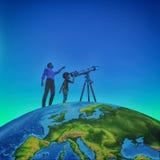 Un uomo gli ha mostrato un telescopio del bambino cielo stellato Fotografia Stock
