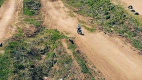 Un uomo guida su una pista fuori strada, vista superiore Motocross professionale Rider On Dirt Track video d archivio