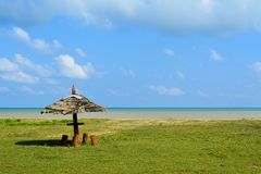 Un uomo ha fatto la baracca ha creato su una spiaggia sulle isole di andamane, India immagini stock
