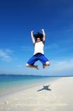 Un uomo ha fatto un alto salto potente Fotografia Stock