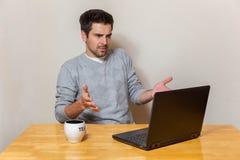 Un uomo ha ottenuto i problemi con il suo computer portatile Fotografie Stock Libere da Diritti