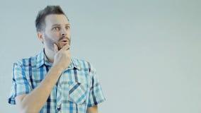 Un uomo ha pensato e un'idea è venuto a lui, il dito come segno, emozione umana di concetto archivi video