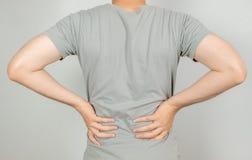 Un uomo ha tenuto la sua mano lui con dolore alla schiena Concetto di sanit? fotografia stock libera da diritti